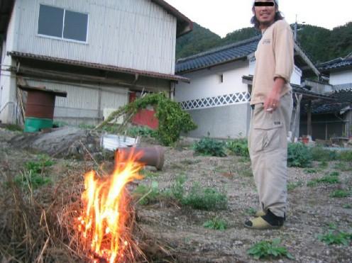 庭の草燃やした。