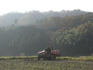 田んぼ耕す 2