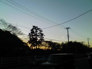 夕暮れバスを待つ